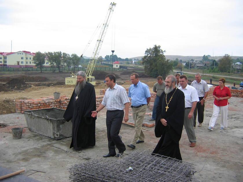 Вячеслав Володин и Епископ Лонгин на месте строительства храма в 2006 г.