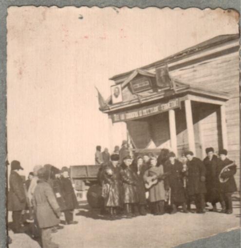 Молодежь у входа в здание Дома культуры (бывшая церковь)