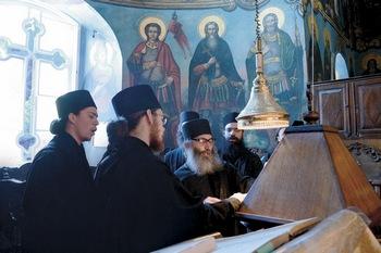 Во время богослужения в соборном храме Свято-Пантелеимонова монастыря