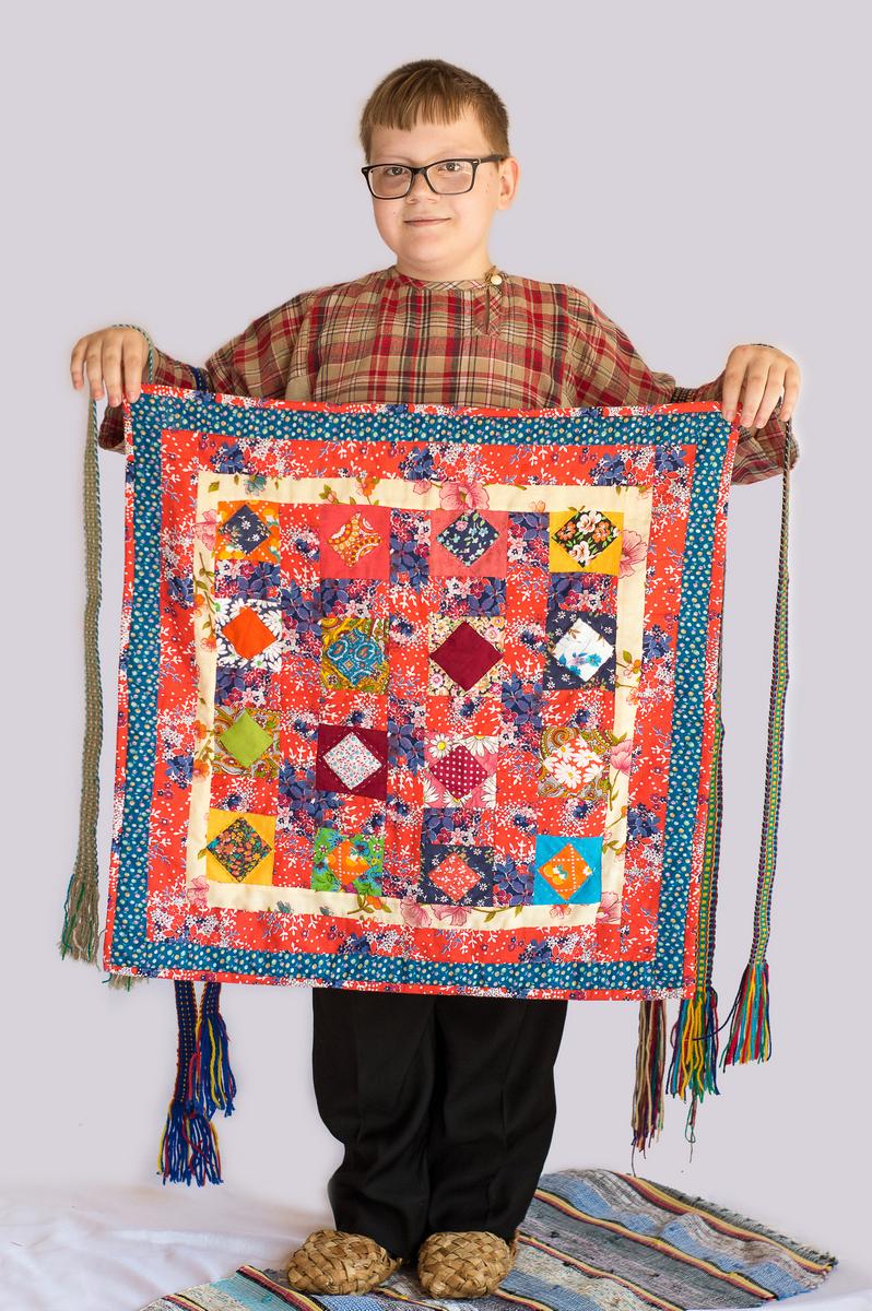 Тимофей Дергунов со своей работой - лоскутным одеялом