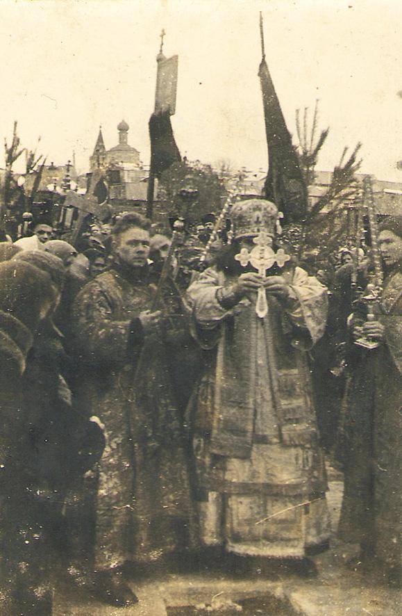 Редкая фотография — епископ Саратовский и Вольский Борис (Вик) освящает воды Волги на праздник Крещения Господня в 1949 году