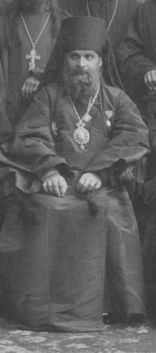 Святой Гермоген с делегатами съезда депутатов духовенства Саратовской епархии 1908 г. (фрагмент; фото хранится в Саратовском областном музее краеведения)